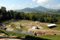 Южная и главная часть участка раскопок римской арены в древнем городе Виринум (сентябрь 2006)