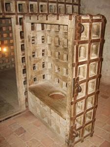 Клетка для узников. В народе она получила название «Девушка» (фр. Fillettes) за малый размер.