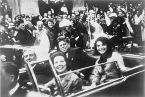 Джон Кеннеди, Жаклин Кеннеди и губернатор Техаса Джон Конналли в президентском автомобиле за несколько секунд до убийства